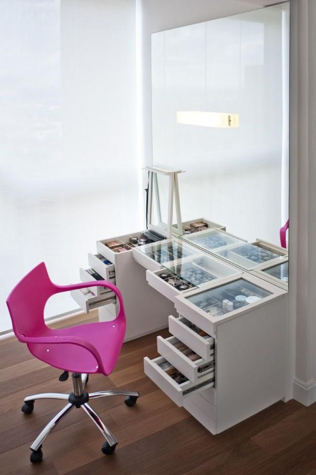 Une coiffeuse fonctionnelle avec un grand miroir et de nombreux tiroirs pour ranger les cosmétiques et plus encore.  L'idée de couvercles de plan de travail et de tiroirs en verre est la plus populaire dans les dressings