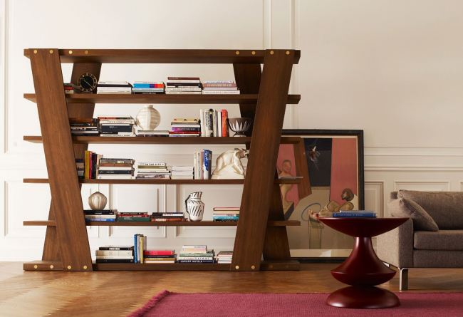 Modèle intéressant avec de larges éléments en bois