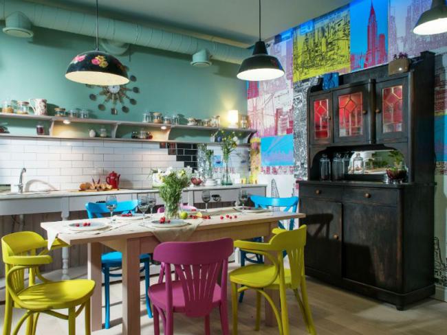 Variété d'attirail de couleur et de style dans une conception de cuisine moderne