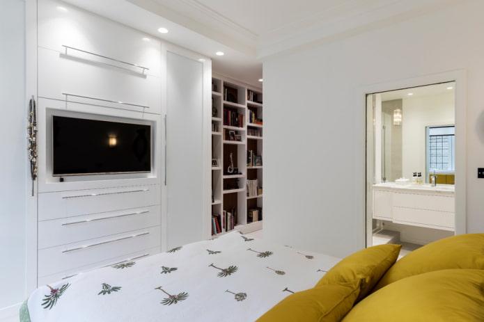 TV intégrée dans l'armoire à l'intérieur de la chambre