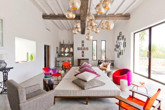 Des couleurs vives aideront à contraster le design de la pièce, soulignant ainsi le style mixte.