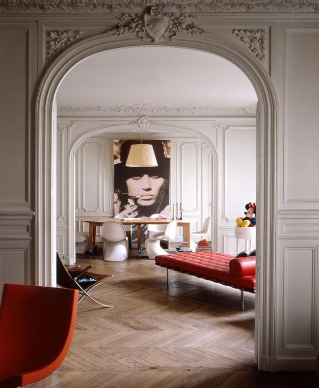 Le style éclectique à l'intérieur peut «mélanger» des meubles anciens ou des finitions antiques restaurées, des objets des années 50 et des objets assez modernes.