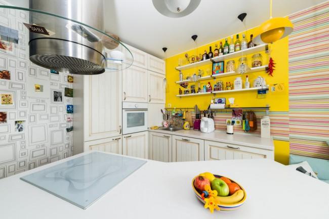 Jaune dans un intérieur de cuisine amusant, un peu fou et éclectique