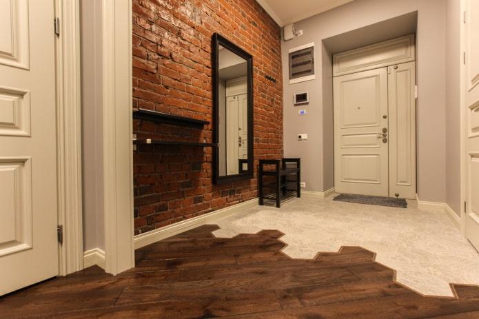 combinaison de stratifié et de carrelage à l'intérieur du couloir