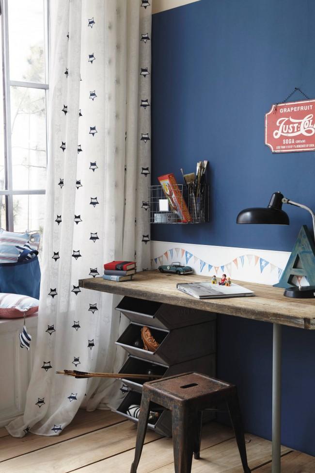 Une solution inhabituelle et très audacieuse pour décorer une pièce.  Une petite table, mais en même temps assez spacieuse, ainsi qu'une étagère à deux niveaux créent un lieu de travail confortable, et la décoration lumineuse des murs et du plafond souligne le caractère unique de la personnalité du propriétaire et une décision très audacieuse pour décorer le chambre.  Une petite table, mais en même temps assez spacieuse, ainsi qu'une étagère à deux niveaux créent un lieu de travail confortable, et la décoration lumineuse des murs et du plafond souligne la personnalité unique du propriétaire