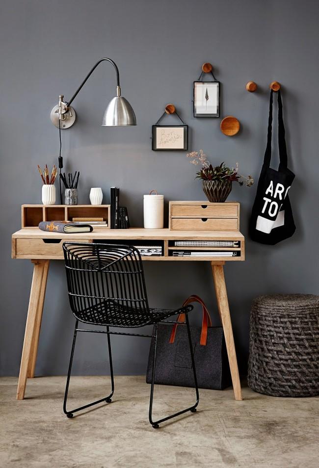 Une table en bois soignée avec des compartiments dans le dessus et des étagères sur son plan de travail