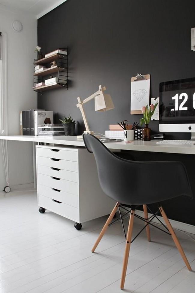 Une version non standard d'un bureau d'ordinateur d'Ikea : une large table le long du mur avec un endroit séparé pour travailler à l'ordinateur et un espace libre pour écrire