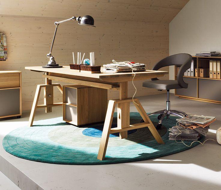Le bureau en bois fait à la main pour les écoliers avec un plateau de table rectangulaire est une surface de travail confortable de dimensions optimales
