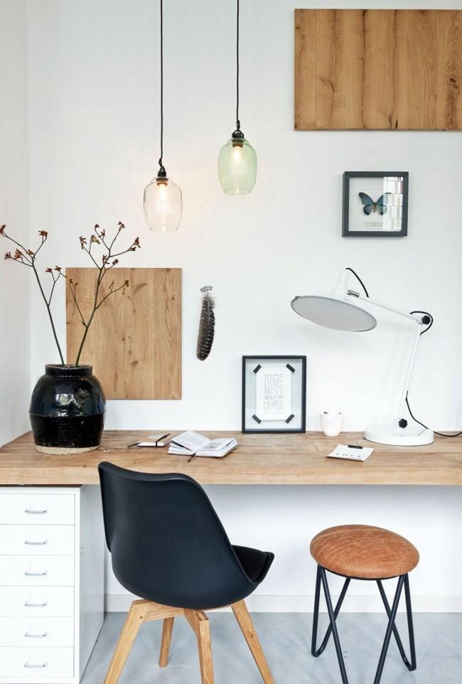 La combinaison organique de bois naturel avec une décoration de chambre en noir et blanc ne distraira pas l'enfant des devoirs