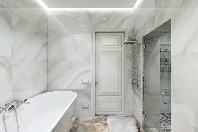 marbre sur les murs de la salle de bain
