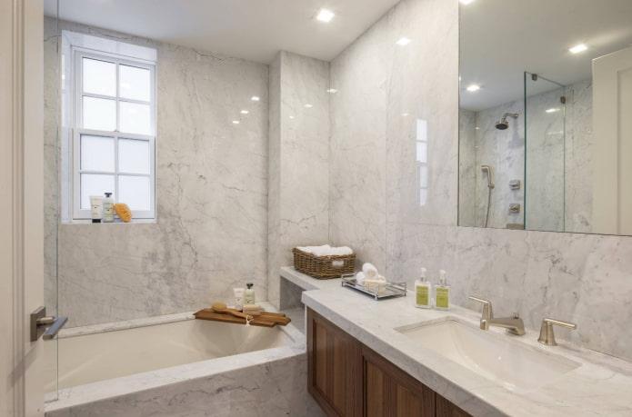 murs de salle de bain en marbre