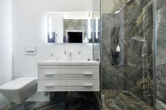 marbre marron dans la salle de douche