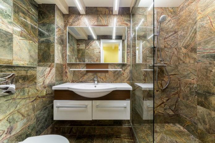 marbre brun sur les murs et le sol