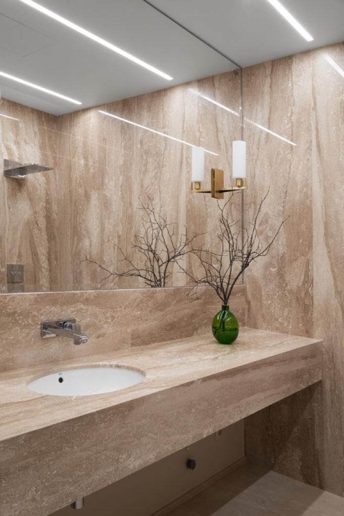 marbre beige dans la salle de bain
