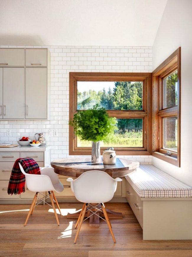 Cuisine confortable de style scandinave avec un canapé d'angle confortable