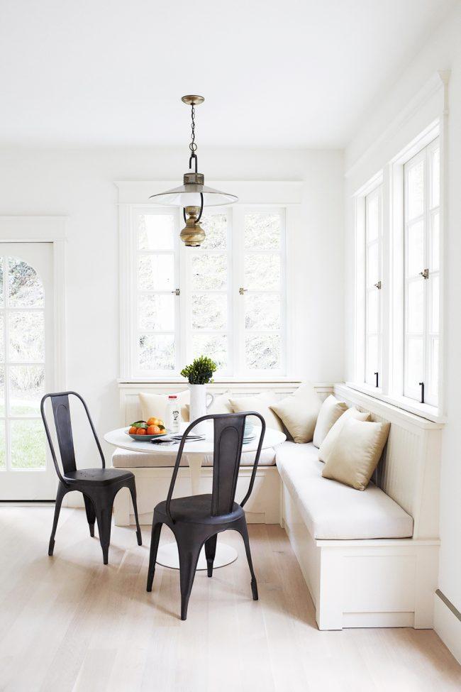 La version classique du jeu de couleurs dans la cuisine avec un pouf blanc comme neige et des coussins laiteux confortables