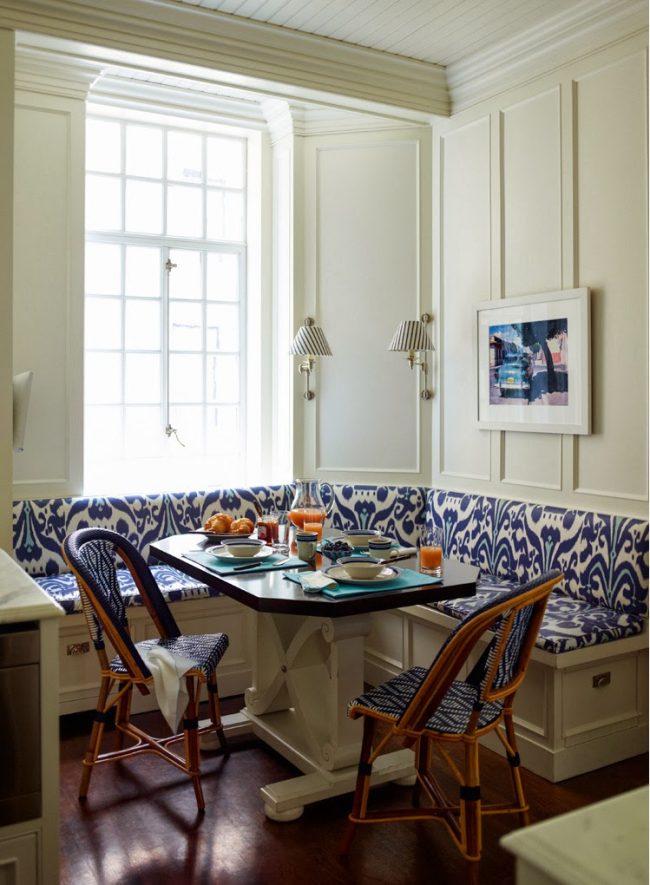 Cuisine lumineuse avec des accents bleu vif sur la housse de rembourrage du canapé d'angle