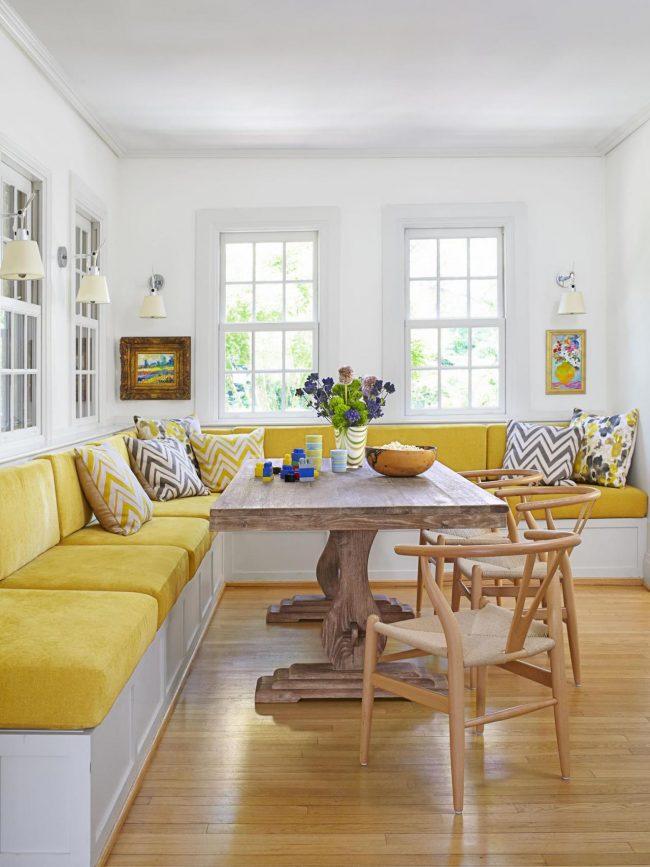Un grand canapé d'angle avec un matelas moelleux dans la cuisine peut remplacer un canapé complet et fournir un lit d'appoint