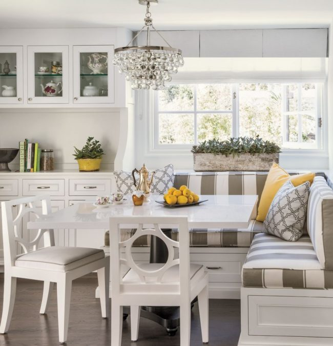 Une cuisine très compacte, où le pouf économise de l'espace, et les couleurs claires l'étendent visuellement