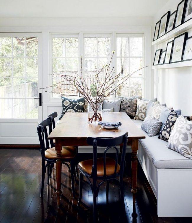 Coin repas avec un canapé confortable dans la cuisine-studio d'une maison privée