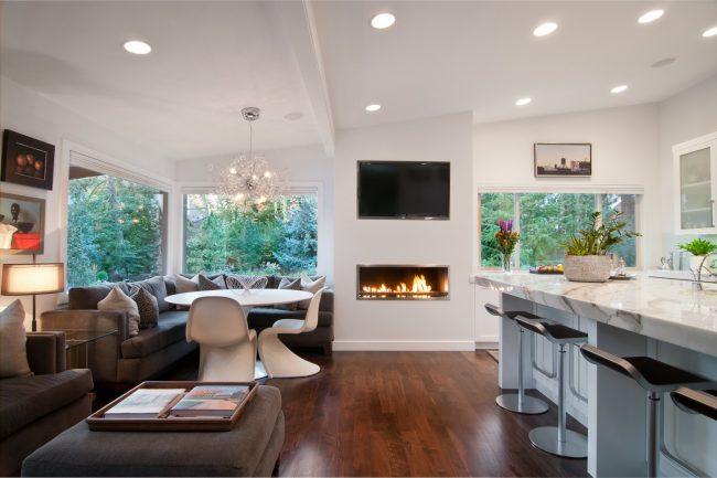 Cuisine-studio très spacieuse dans une maison privée avec un canapé d'angle original
