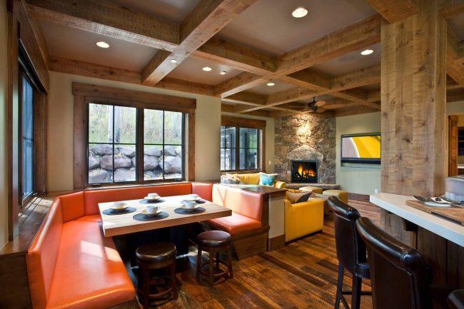 Cuisine-studio avec un canapé d'angle original dans la salle à manger