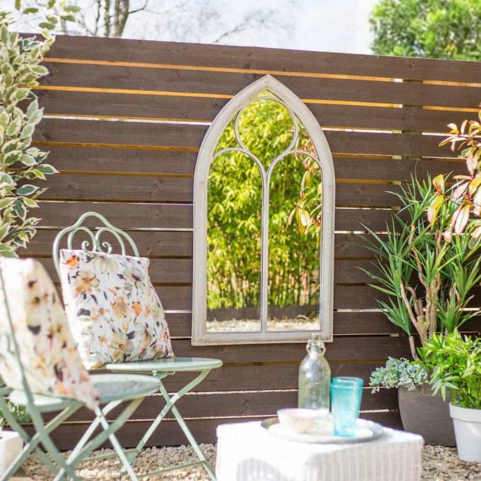 Miroir dans le jardin