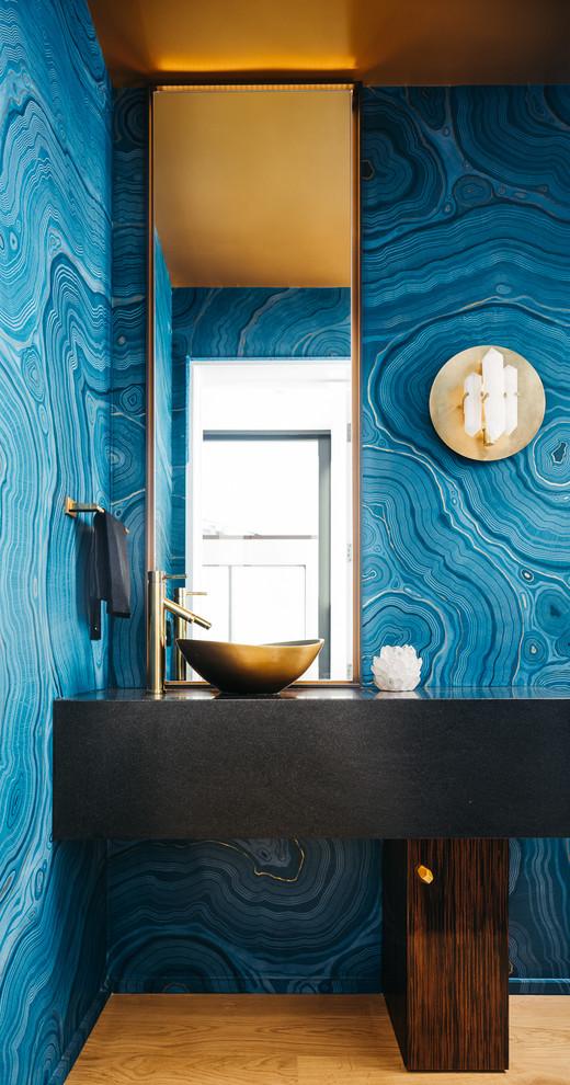 Combinaison harmonieuse de couleurs à l'intérieur de la salle de bain