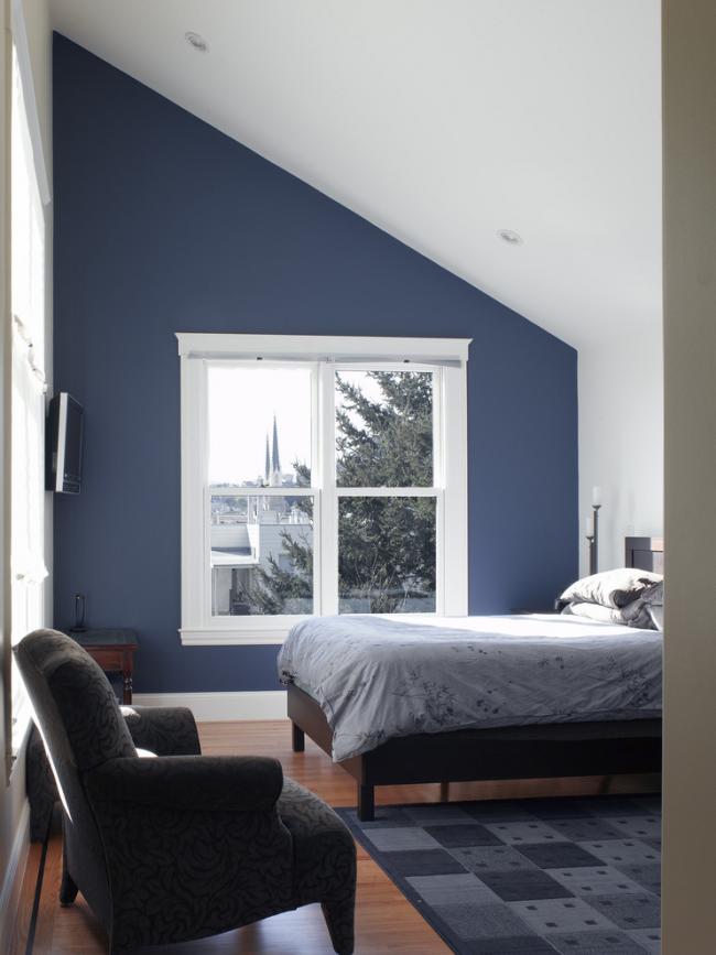 Chambre confortable à l'étage mansardé d'une maison de campagne