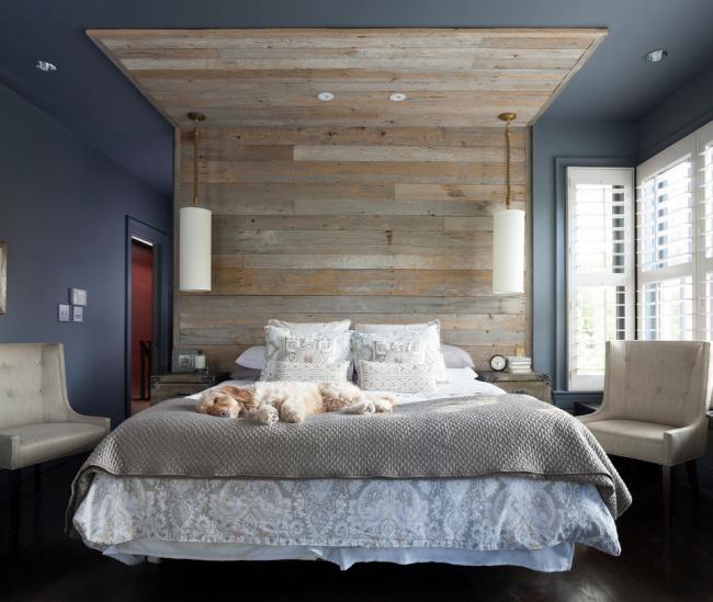 Décoration intéressante de la tête de lit avec du bois vieilli