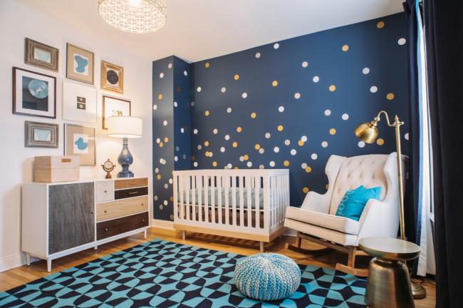 Intérieur d'une chambre d'enfant pour un garçon utilisant des tons bleus