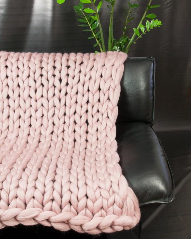 Les couvre-lits à la mode en fil géant décorent avec succès les chambres et les canapés des salons.