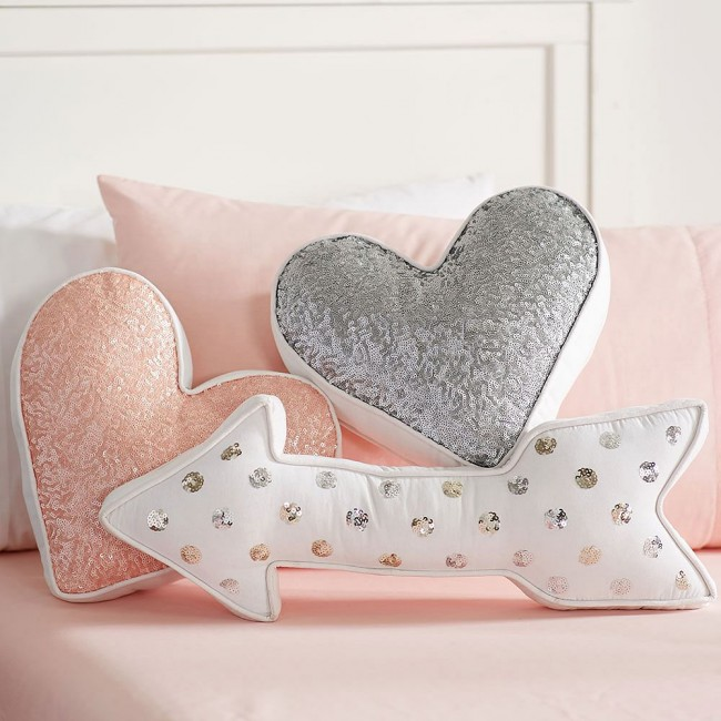 Coussinets décoratifs en forme de coeur et de flèches, brodés de sequins.  Les modèles pour de tels modèles sont faciles à dessiner même pour un débutant, car ils sont complètement symétriques.