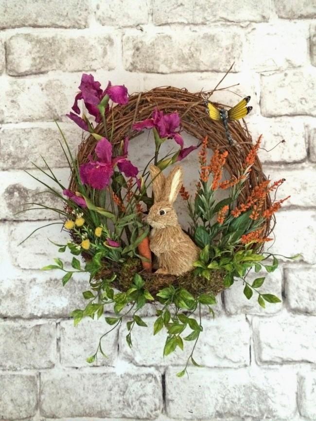 Une couronne pour décorer la porte d'entrée avec des fleurs et un lapin rigolo.  Convient pour la décoration de Pâques ou juste pour la décoration printanière