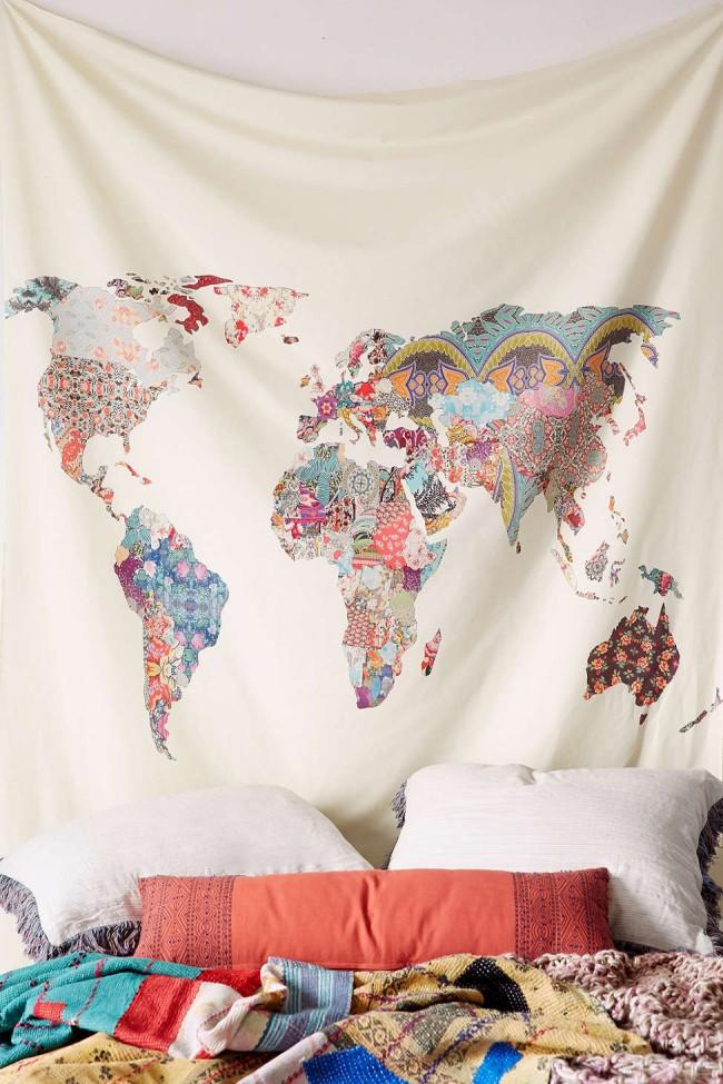 Dans une chambre ou un salon au style bohème, une telle carte du monde unique en technique patchwork aura fière allure