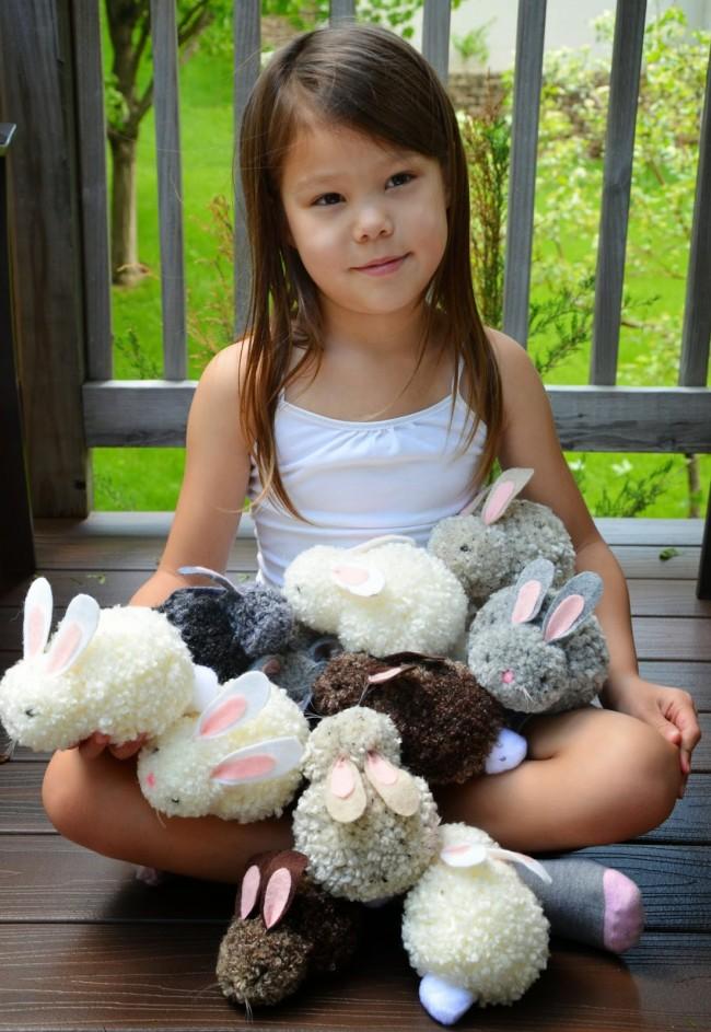 Les lapins en peluche sont encore plus faciles à utiliser avec des pompons en fil.
