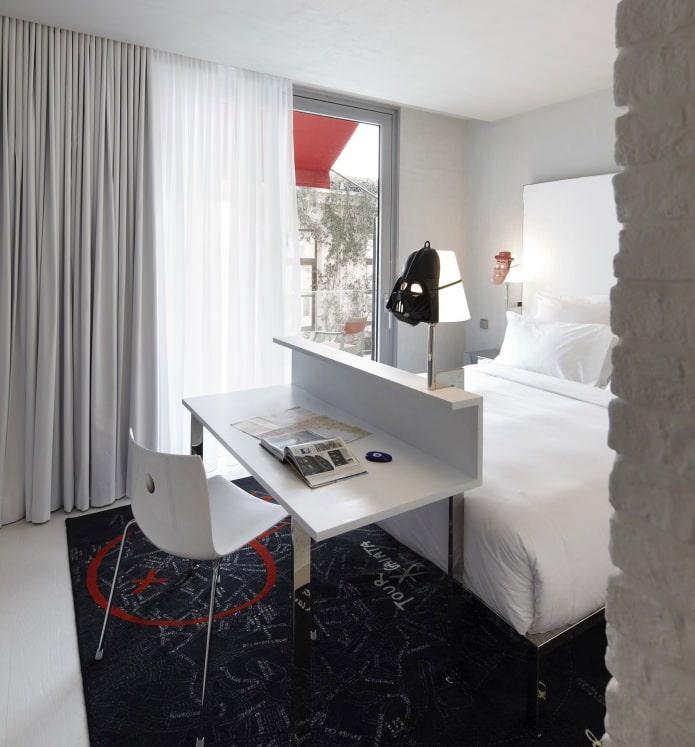 meuble design dans la chambre au pied du lit