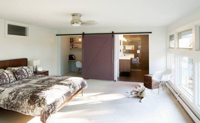 bureau dans la chambre avec une porte coulissante en bois