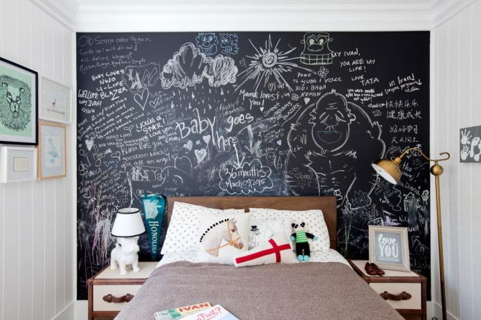 mur d'ardoise dans une chambre d'enfant