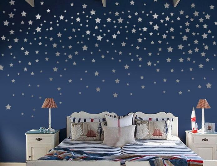stickers muraux en forme d'étoiles dans la chambre de bébé