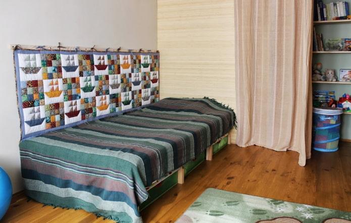 tapis sur le mur à l'intérieur de la pépinière