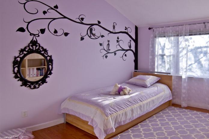 murs lilas à l'intérieur de la pépinière