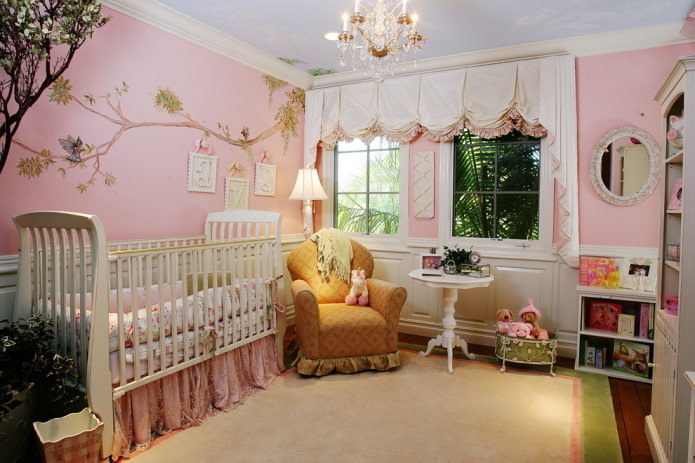 murs roses dans la chambre d'enfant