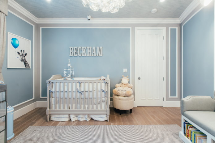 murs bleus dans la chambre d'enfant