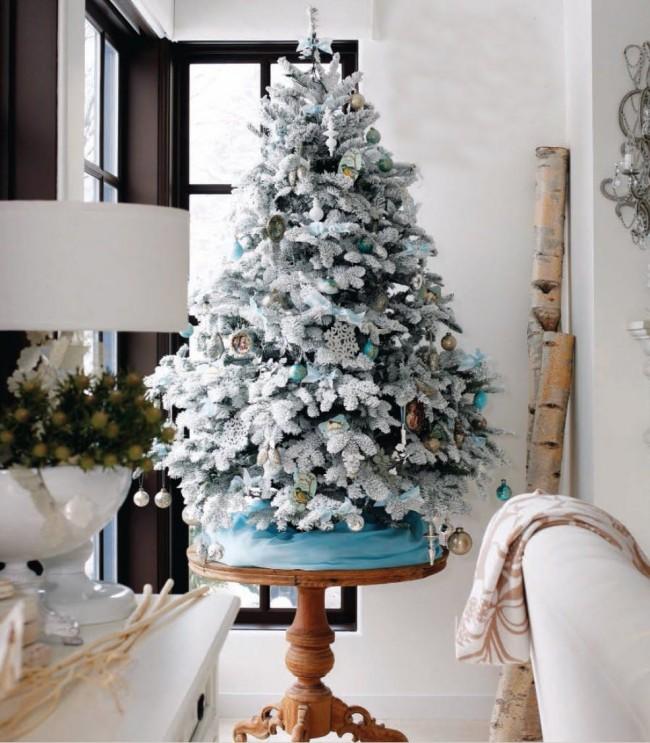 Si vous n'avez pas assez d'espace pour un grand sapin de Noël, vous pouvez acheter un épicéa nain, l'habiller et le mettre sur la table.