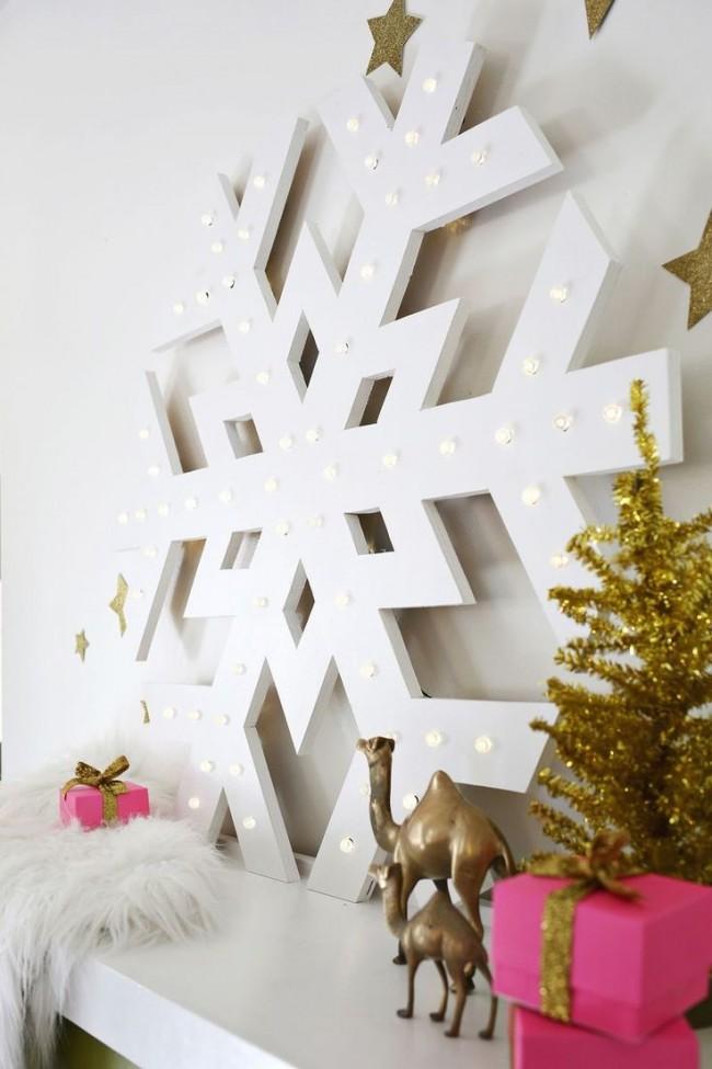Un grand flocon de neige en bois, décoré d'ampoules, mettra l'ambiance du Nouvel An pour tous les ménages