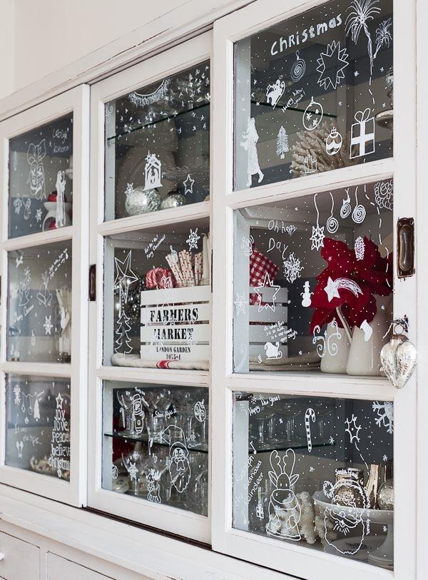 Laissez libre cours à votre imagination et peignez non seulement les fenêtres, mais aussi les portes des armoires en verre avec des dessins thématiques
