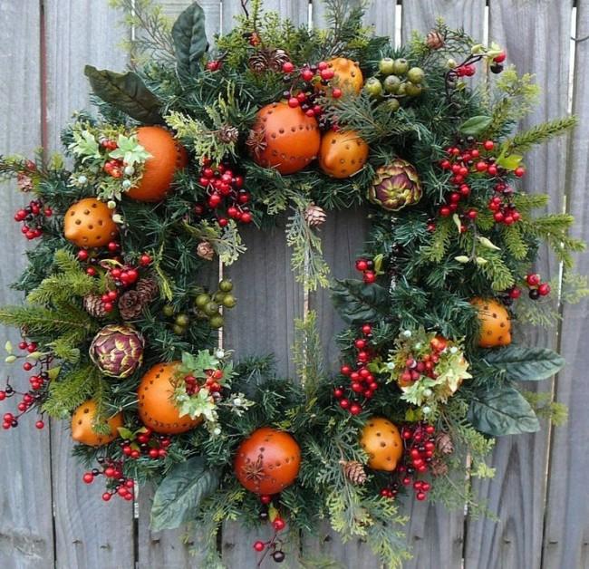 La couronne de Noël décorera sans aucun doute votre maison à la veille des vacances