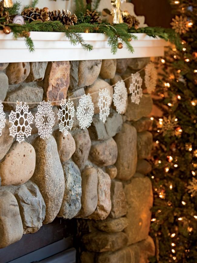 Décorer un portail de cheminée avec des flocons de neige - doux et beau