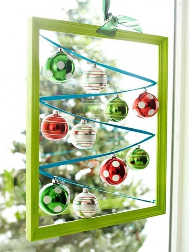 Un cadre peint suspendu à un ruban, à l'intérieur duquel est tendu un ruban avec des boules de Noël, transformera extraordinairement la fenêtre de votre maison